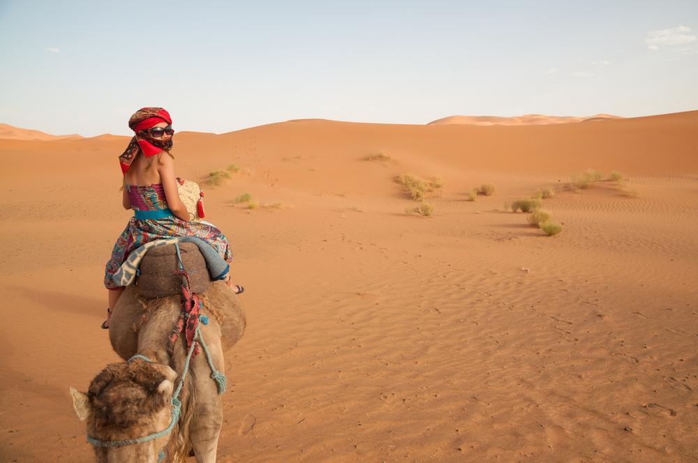 Een kamelenrit in de woestijn van Marokko